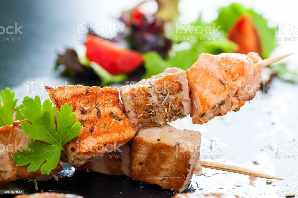 Appétissants de saumon et thon brochette. photo libre de droits