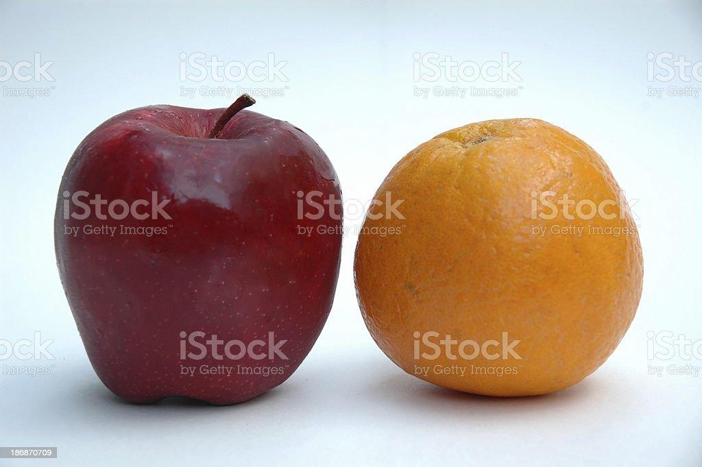 Яблоко & оранжевый Stand-off Стоковые фото Стоковая фотография