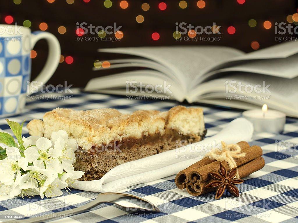 Tarte aux pommes et intéressant livre photo libre de droits
