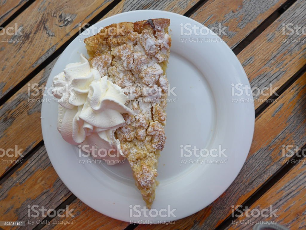 Pastel de manzana con crema batida foto de stock libre de derechos