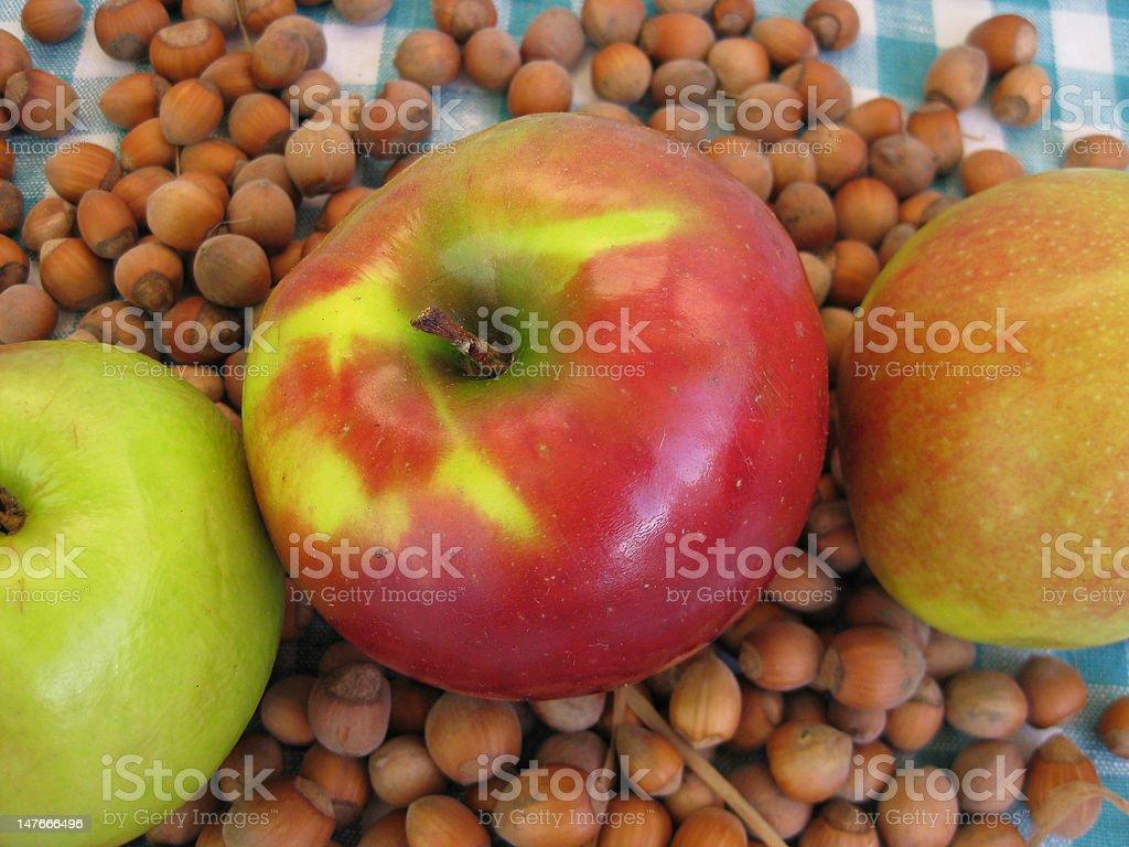 リンゴの背景にナット ロイヤリティフリーストックフォト