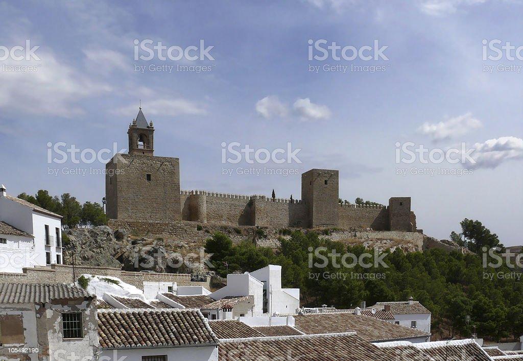 Arabischen Burg über die Dächer der Stadt. Antequera, Andalusien, Spanien. Lizenzfreies stock-foto