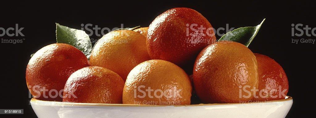 Arance rosse e gialle au piatto bianco photo libre de droits