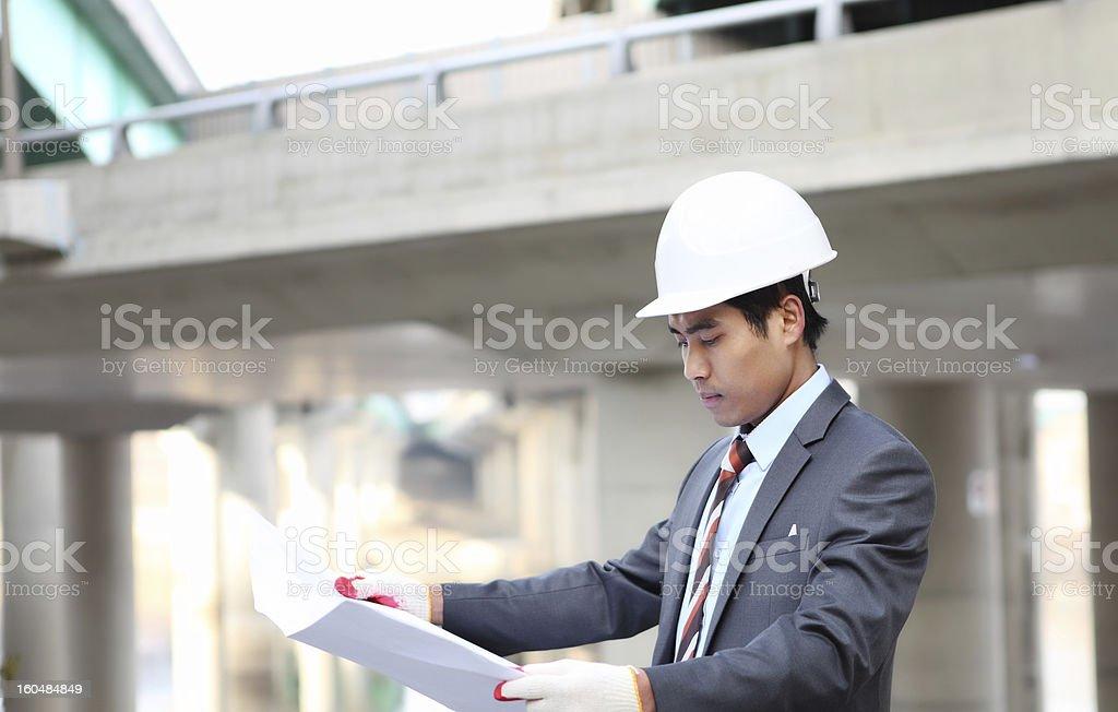 Architekt cheking eine Zeichnung Lizenzfreies stock-foto