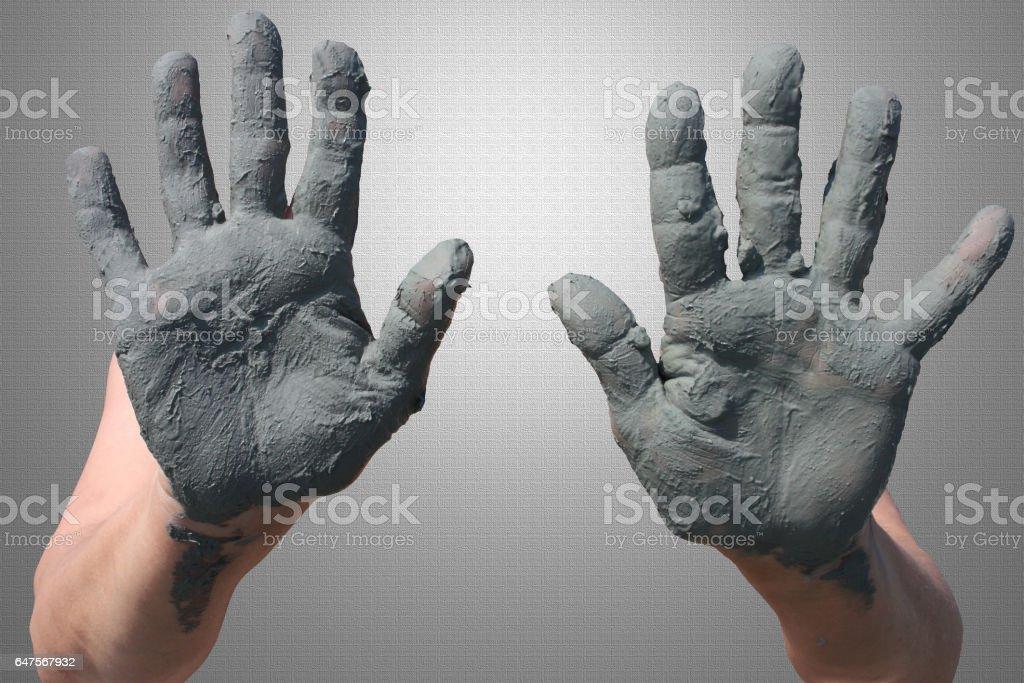 Argile verte - Soins de l'arthrite - Mains enduites d'argile verte stock photo
