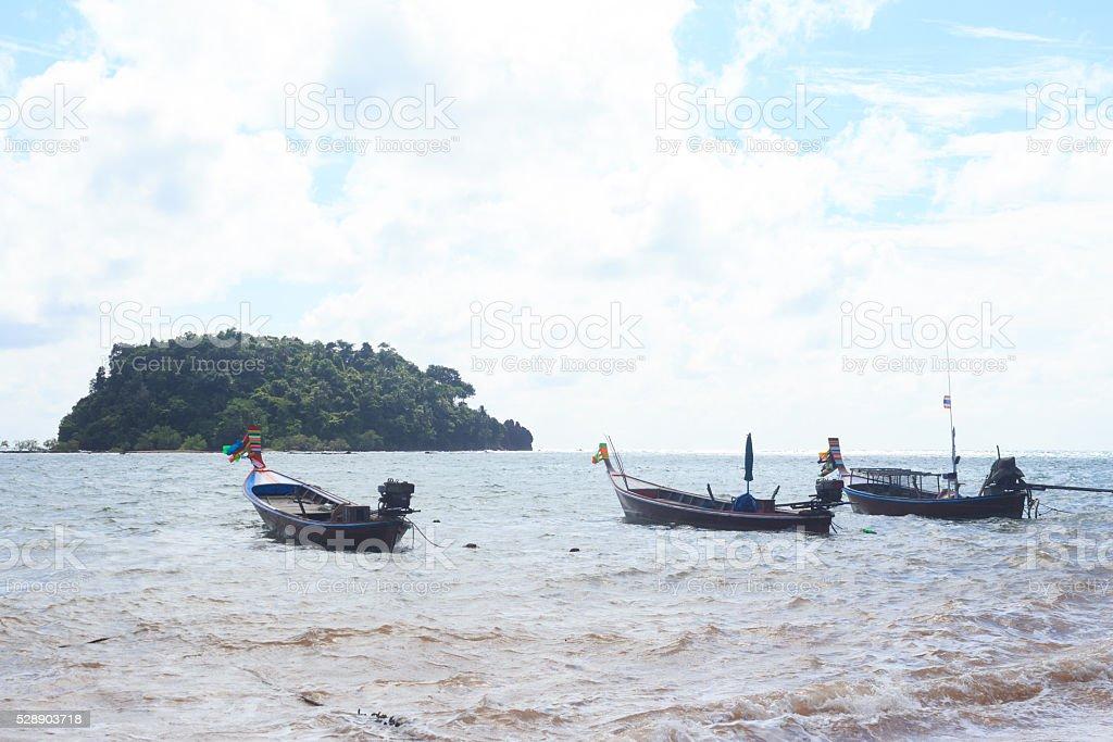 Организовать Рыбацкая лодка на пляже солнечный голубое небо Стоковые фото Стоковая фотография