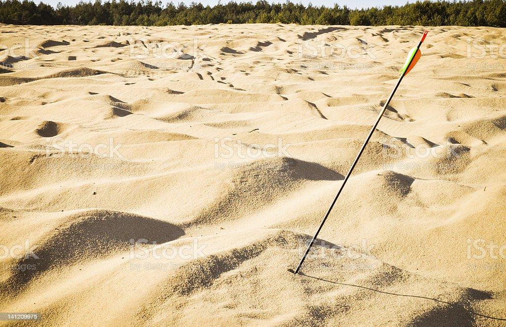 Pfeil in den sand. Verschwendet Aufnahme. Lizenzfreies stock-foto
