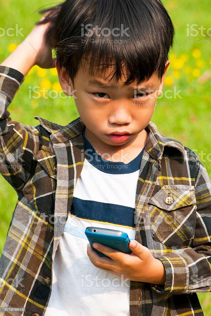 Azjatycki chłopiec rozmowy telefon zbiór zdjęć royalty-free