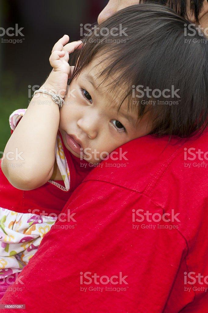 Azjatyckie rodziny w zielonej trawie z Plac zabaw zbiór zdjęć royalty-free