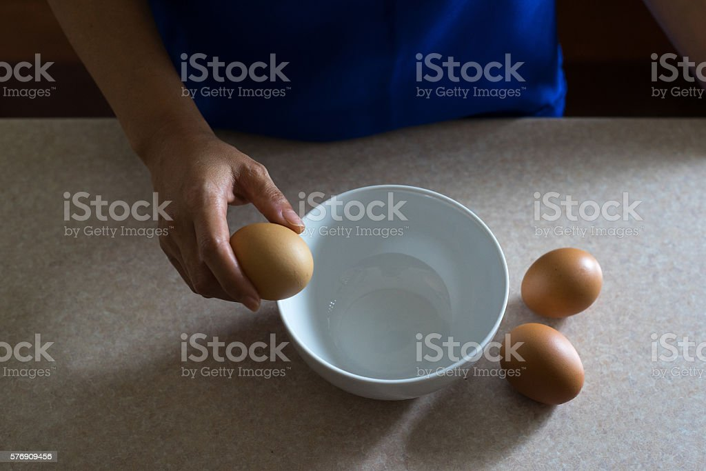 Asian female hand holding chicken egg photo libre de droits