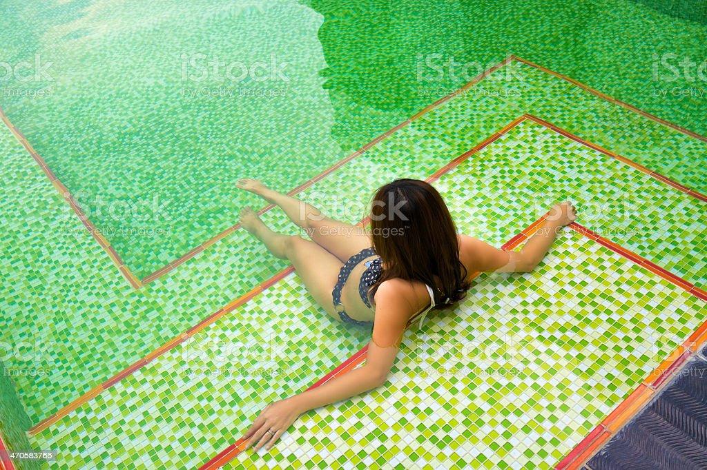 Asiatique fille assise dans la piscine photo libre de droits