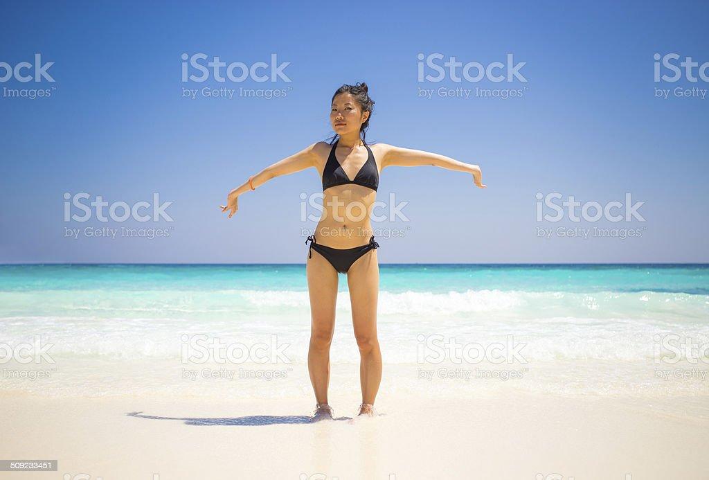 Asiatische Mädchen auf tropisches Paradies Lizenzfreies stock-foto