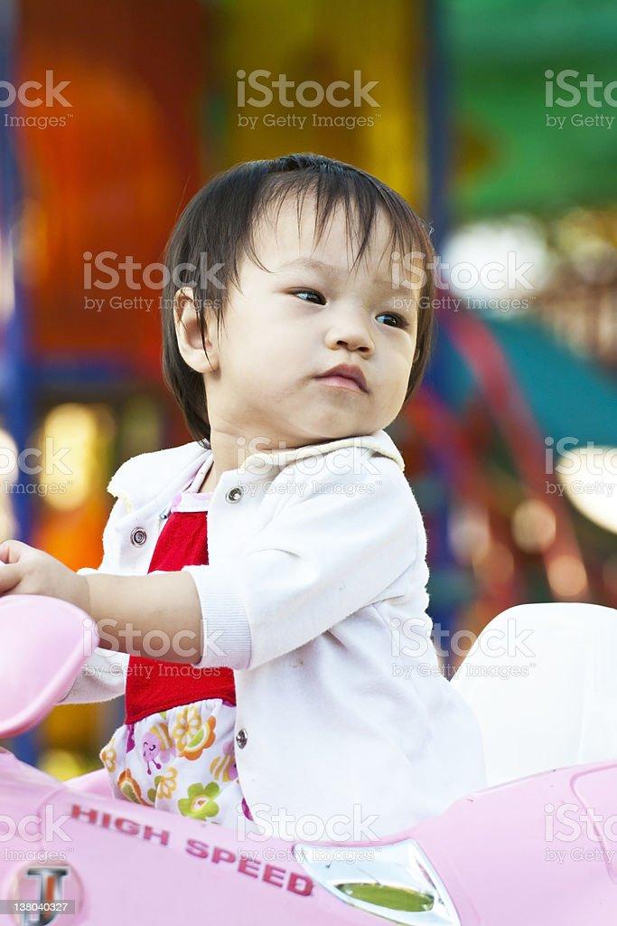 Azjatycki Mała dziewczynka różowy zabawka w samochodzie zbiór zdjęć royalty-free
