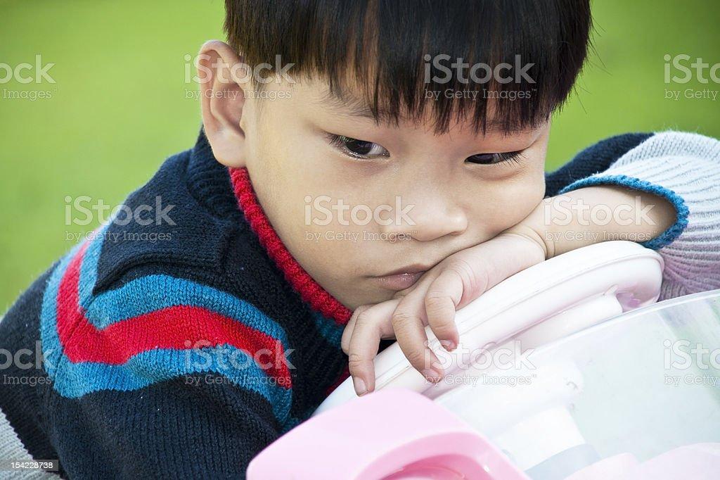 Azjatycki chłopiec trochę smutny w samochodzie zabawka zbiór zdjęć royalty-free