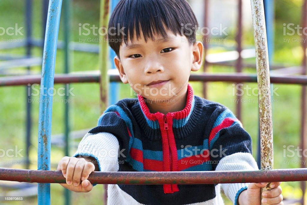 Asian Mały chłopiec z uśmiechem na plac zabaw zbiór zdjęć royalty-free