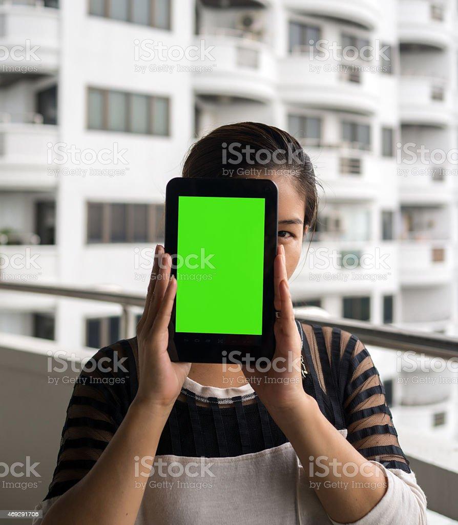 Asiatique femme tenant une tablette en face de son visage photo libre de droits