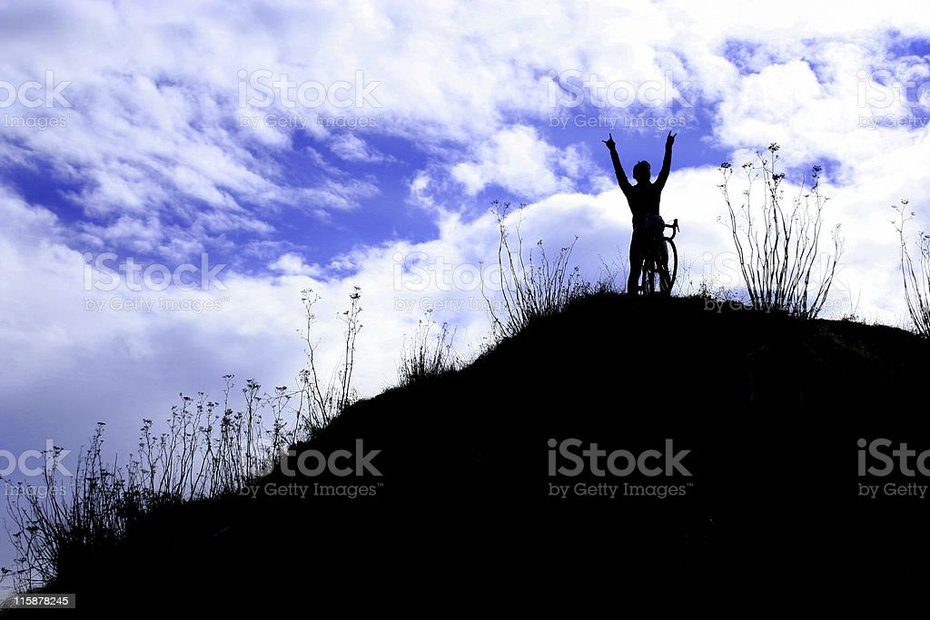 Athlète au sommet de la montagne victoire! Succès! Gagnant! photo libre de droits