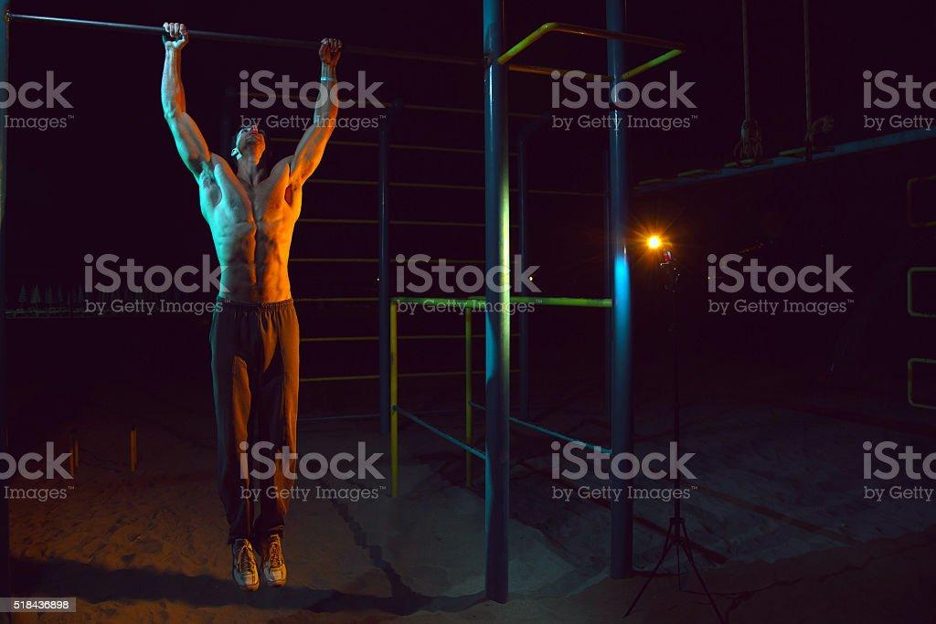 Atleta haciendo ejercicios en la barra horizontal foto de stock libre de derechos