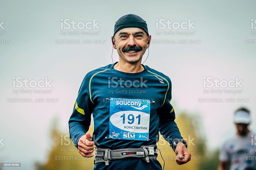 매력적인 선수 러너 middle-aged 장거리 달리기, 웃는 royalty-free 스톡 사진