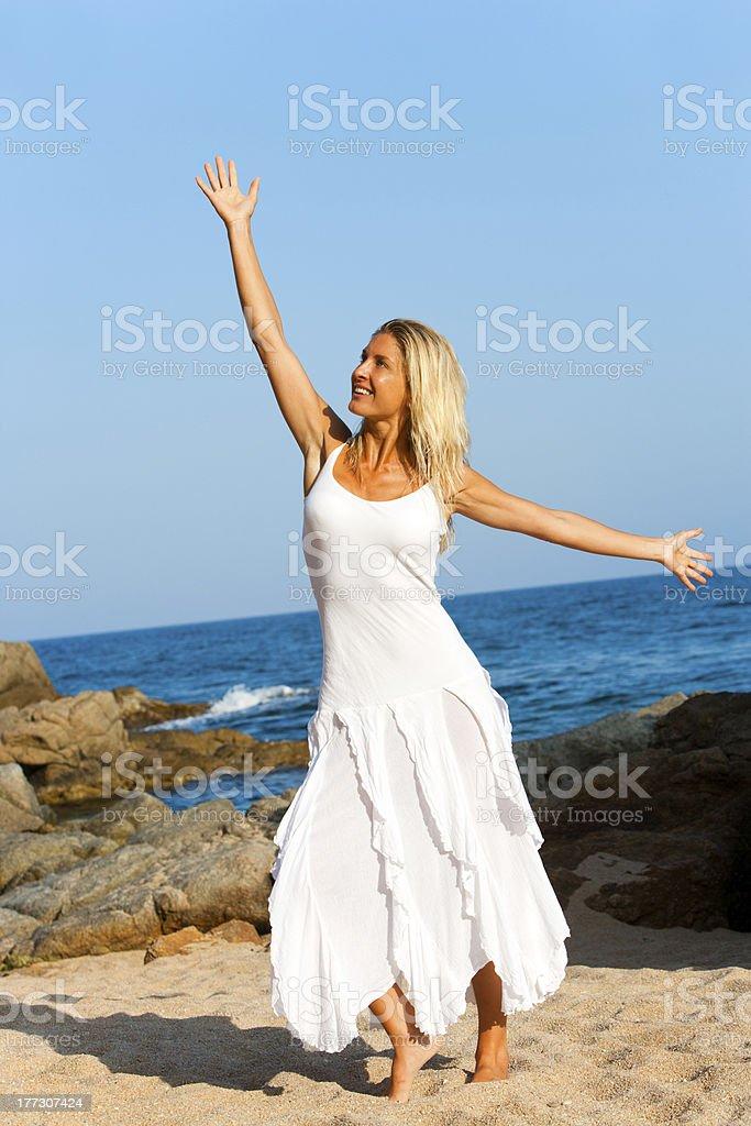 Belle femme blonde en robe blanche. photo libre de droits