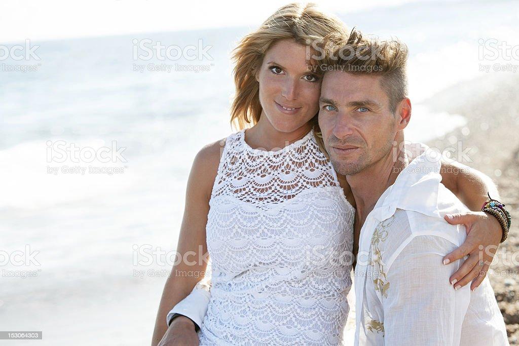 Attrayant couple gros plan sur la plage. photo libre de droits