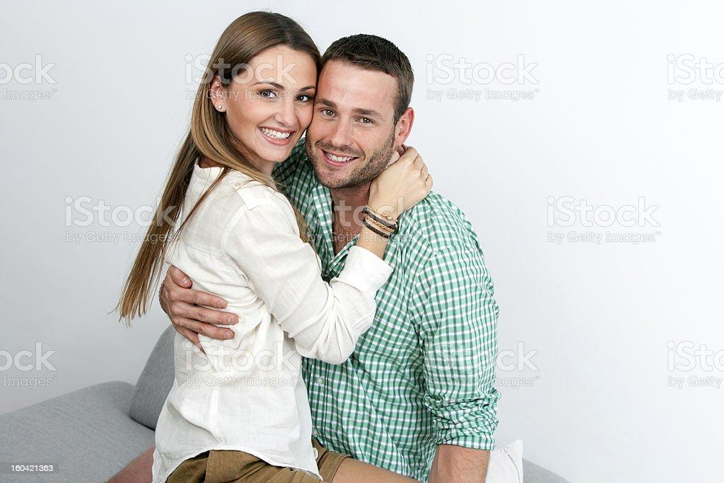 Beau couple embrassant à l'intérieur. photo libre de droits