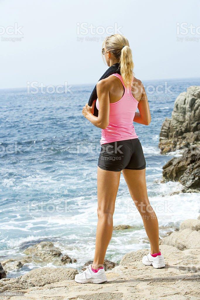 Belle femme à la recherche en mer après l'exercice. photo libre de droits
