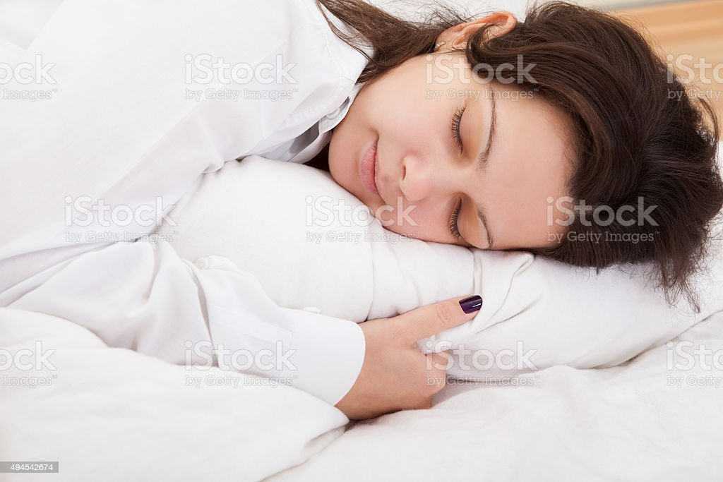 Atractiva Mujer durmiendo pacífica - foto de stock