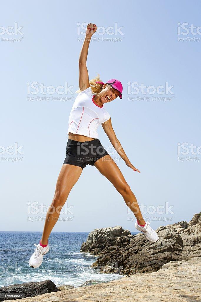 Belle femme avec une attitude gagnante saut. photo libre de droits
