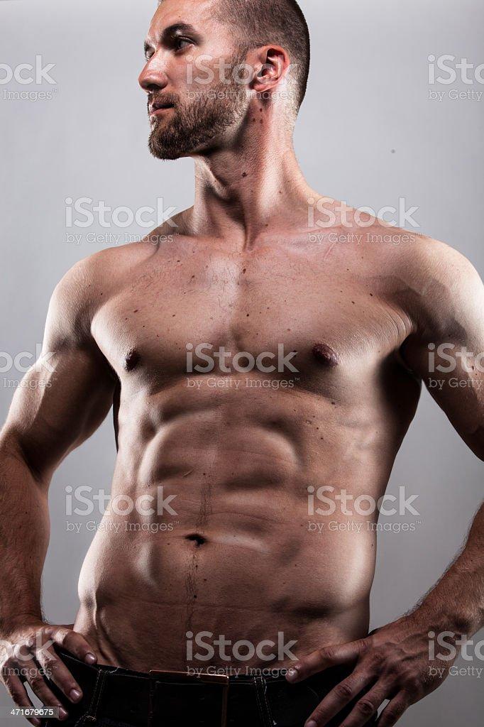 Attraktiver Mann mit durchtrainirten Bauchmuskeln stock photo