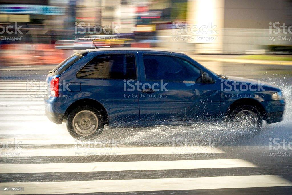 automovil en movimiento con agua stock photo
