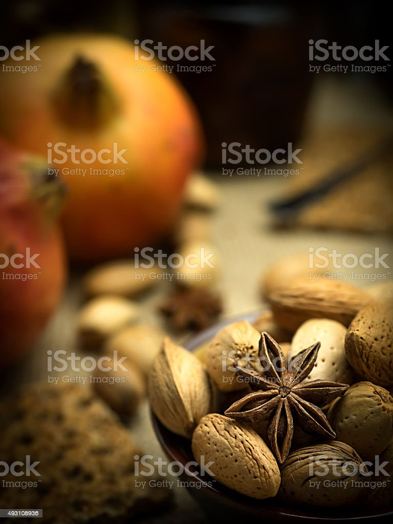 Outono composição de romã em um fundo escuro rústica w foto royalty-free