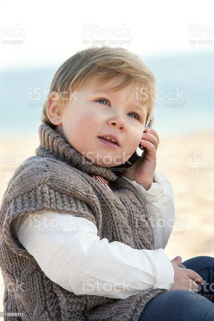Bébé fille parler sur téléphone mobile. photo libre de droits