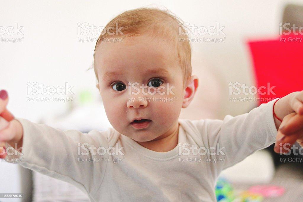 Baby hält sich fest stock photo