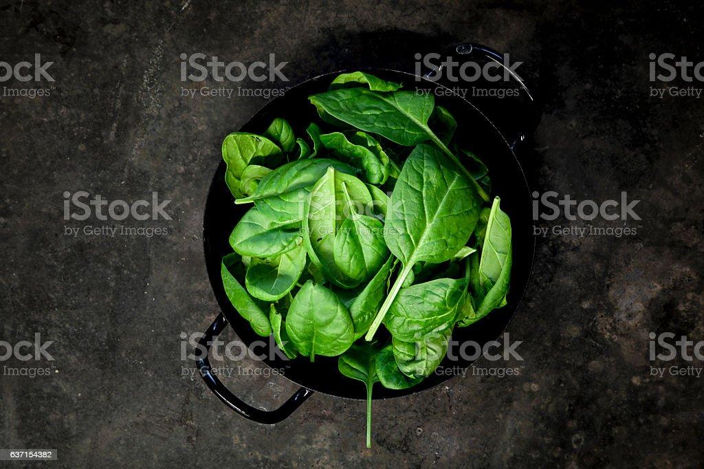 Baby Spinat Blätter auf schwarzem Hintergrund stock photo