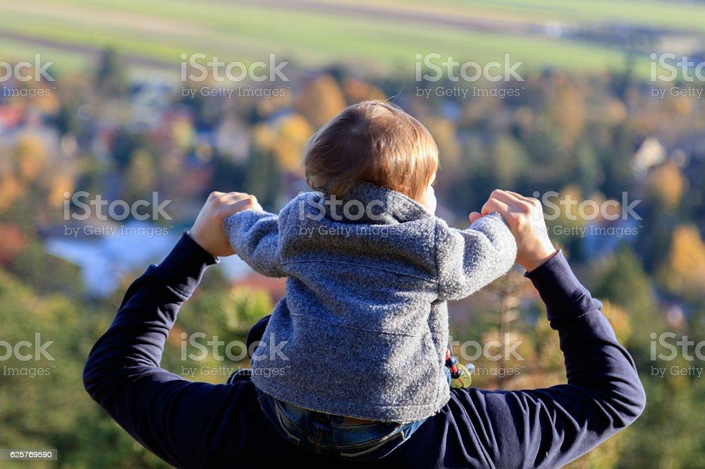 Baby und Vater genießen die Panoramaaussicht stock photo