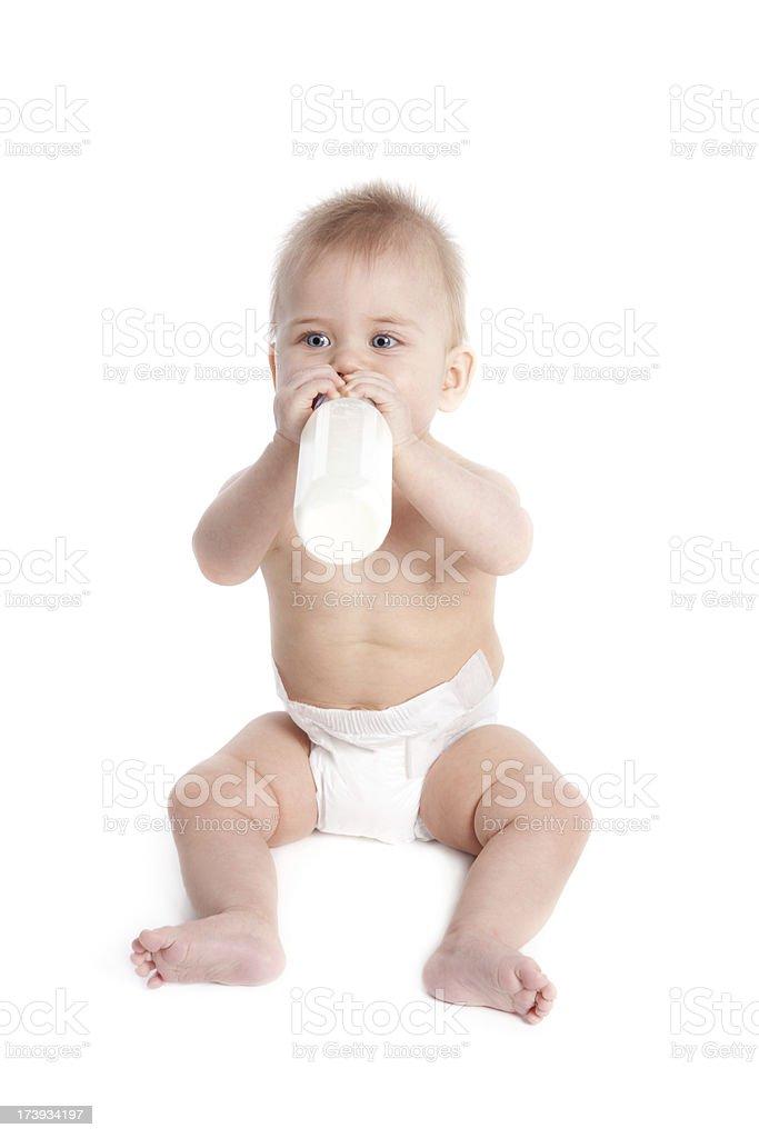 Baby mit Windel und hält Flasche, isoliert auf weiss – Foto
