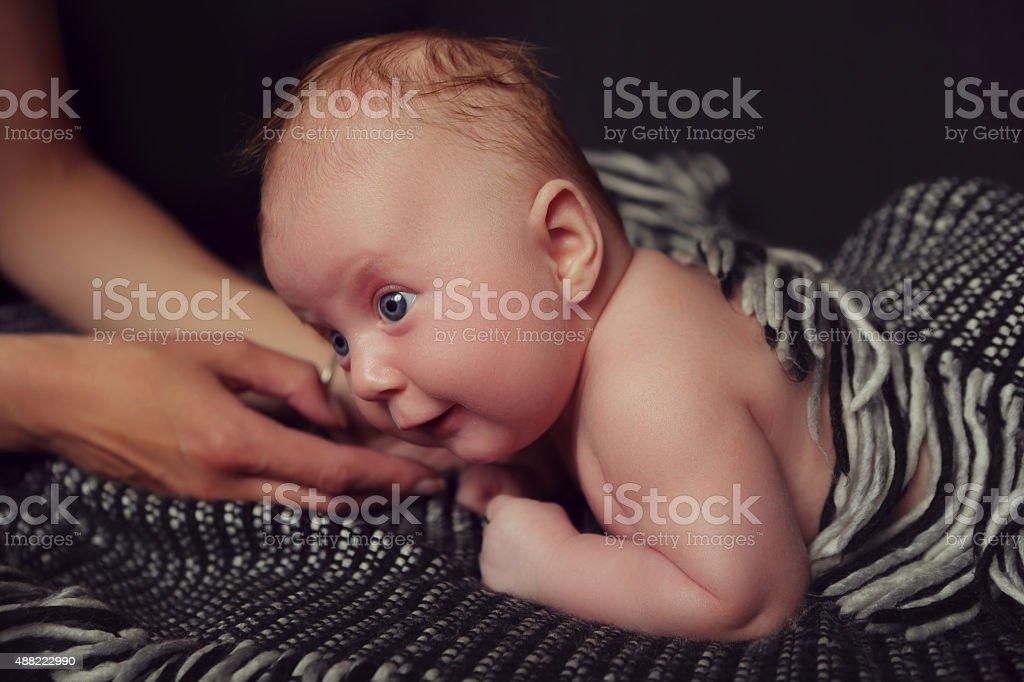 Baby mit Mutter die Hände Lizenzfreies stock-foto