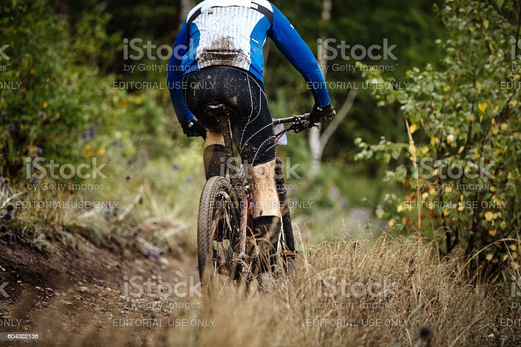 back mountain rider on bike in spray of dirt royalty-free 스톡 사진