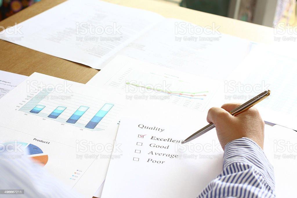 Сзади человека, проверьте превосходное качество роста график отчет с результатами Стоковые фото Стоковая фотография