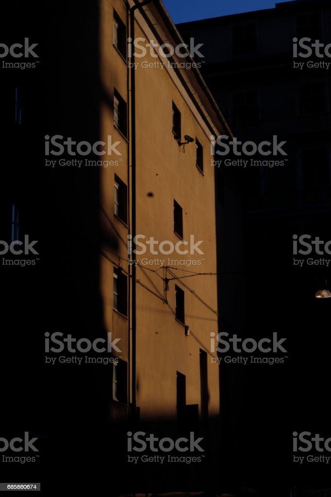 Retro del teatro Modena illuminato dalla luce pomeridiana autunnale.
