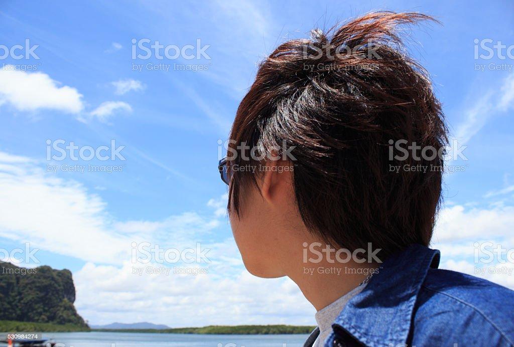 Задней части молодой мужчина, глядя на море и мышления backview Стоковые фото Стоковая фотография