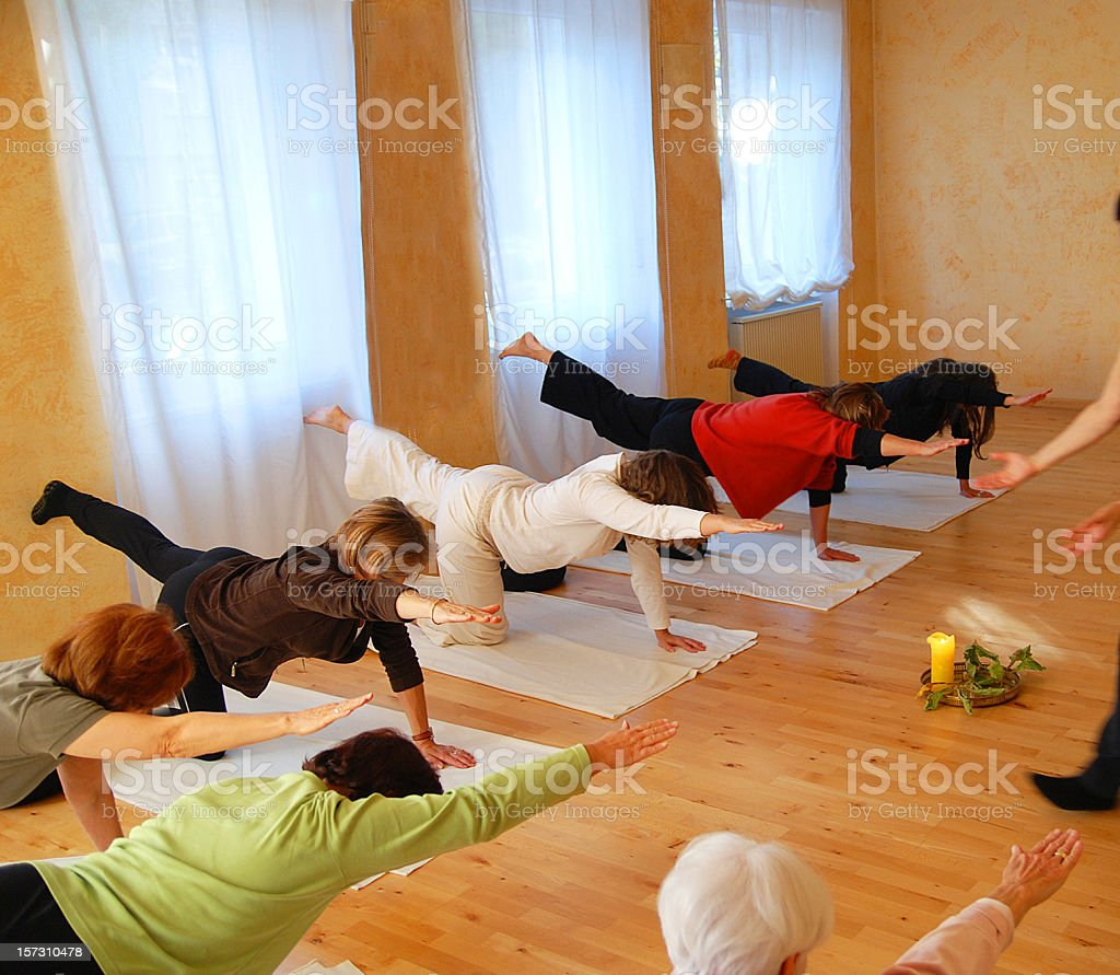 balance - Yoga class Yogagruppe während der Yogastunde stock photo