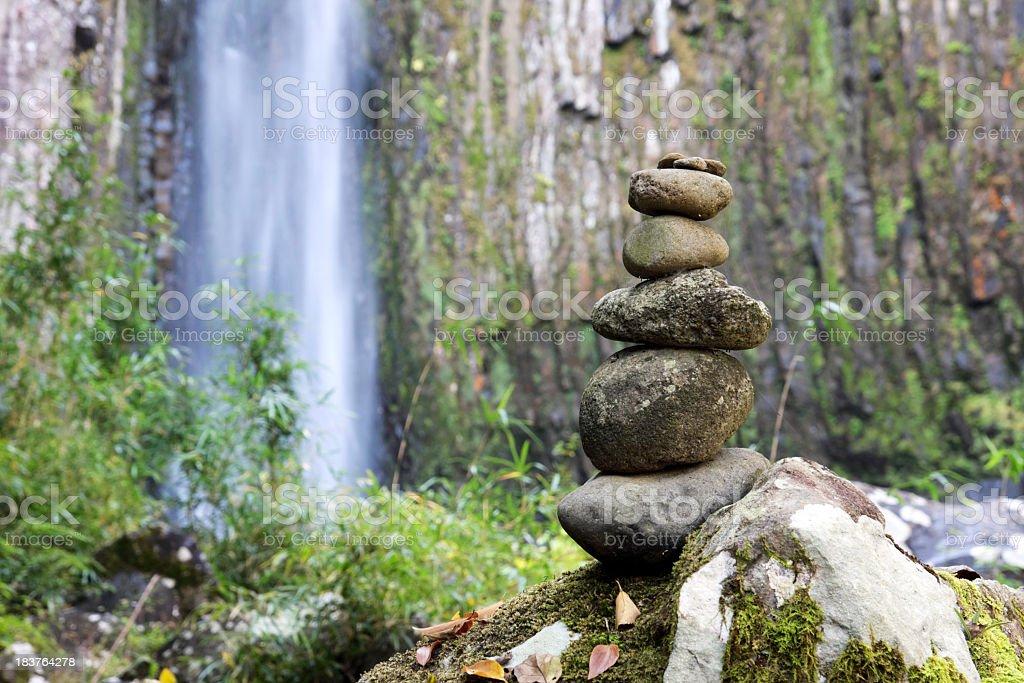 Ausgewogenen Steine mit Wasserfall Lizenzfreies stock-foto