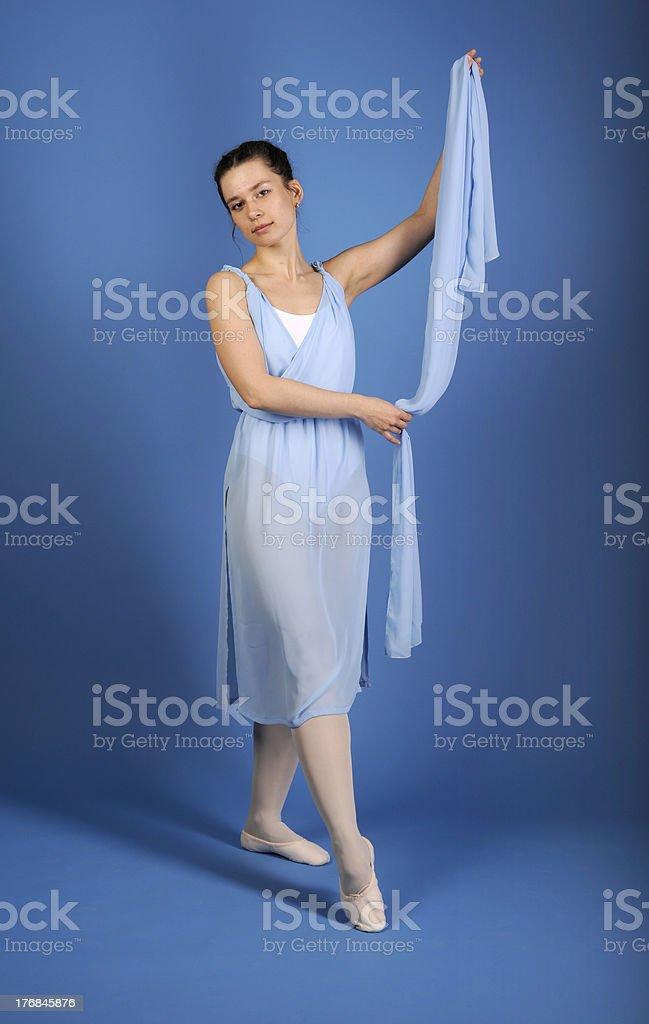 Danseur de Ballet posant dans une robe bleue avec écharpe photo libre de droits