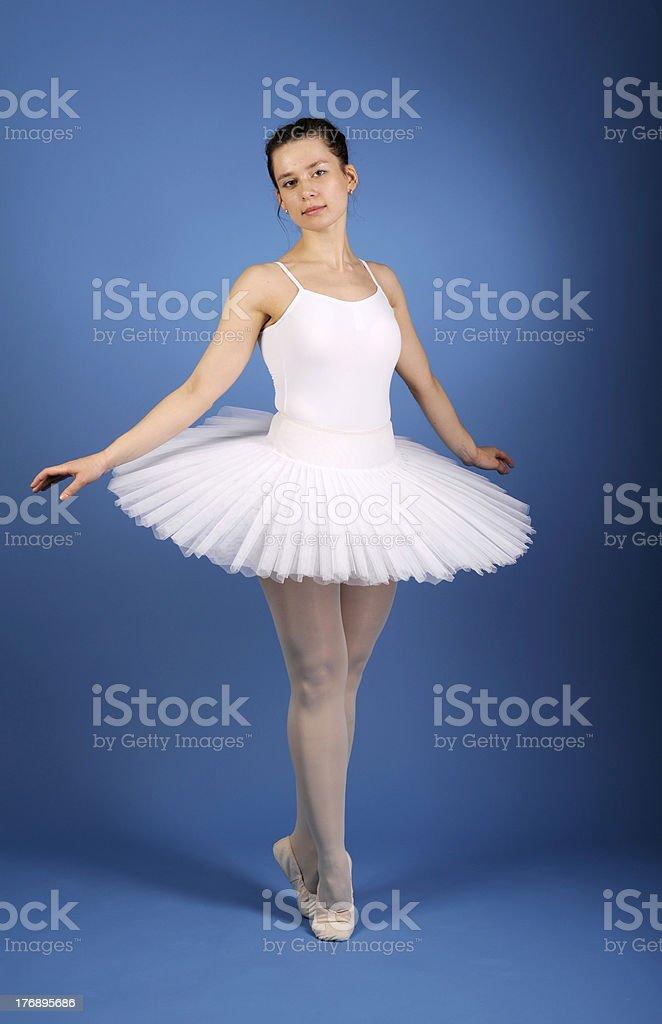 Ballet tutu danseuse posant sur blanc photo libre de droits