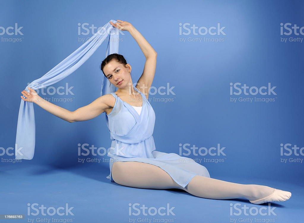 Danseur de Ballet, assis dans une robe bleue avec écharpe photo libre de droits