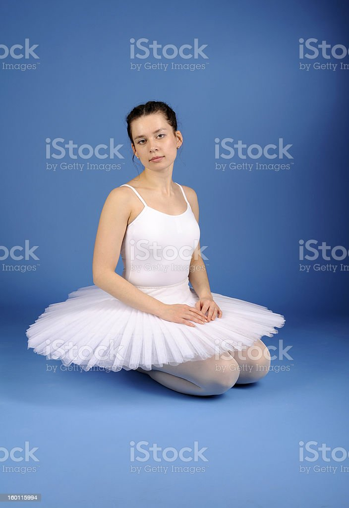 Danseur de Ballet tutu assis en blanc photo libre de droits
