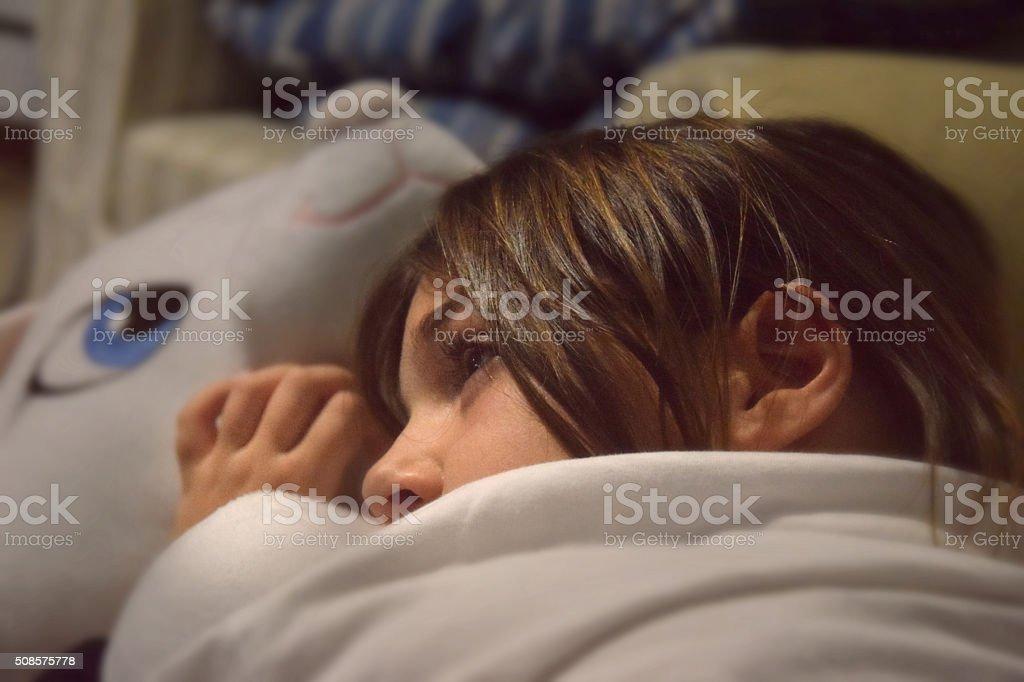 Bambina sul divano stock photo