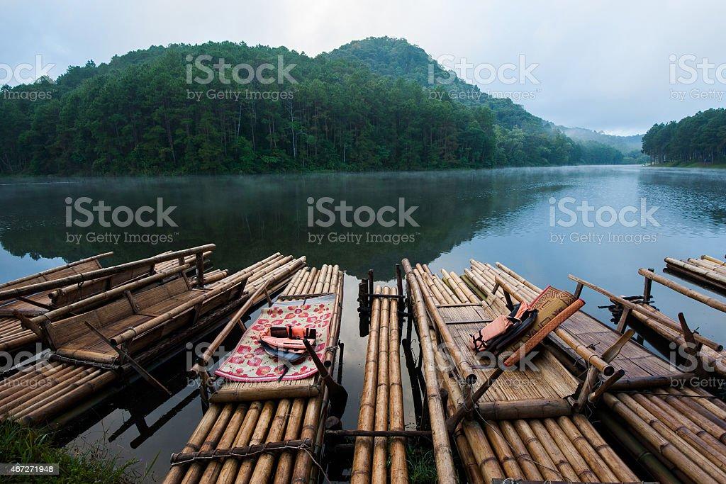 Bambou radeaux à Pang Ung photo libre de droits